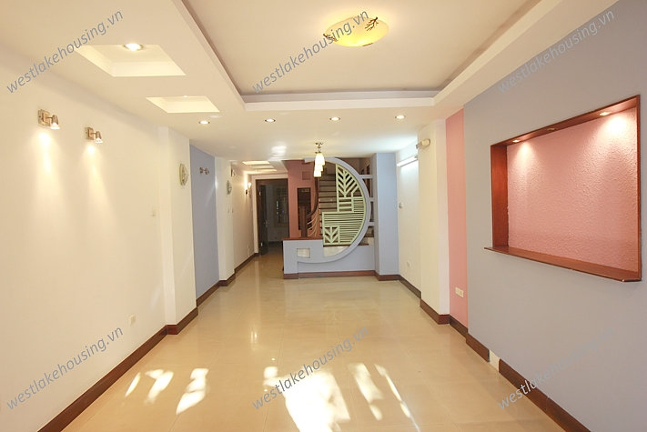 Office available for rent in Tran Vu Street, Ba Dinh, Ha Noi