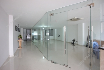 150 sqm office space to rent in the heart of Tay Ho, comes with nice bathrooms and parking space