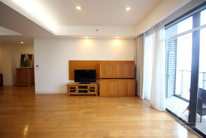 Bright and spacious apartment in IPH building for rent