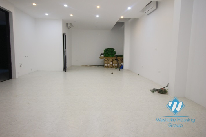 An official for rent in Lac Long Quan st, Tay Ho district, Hanoi