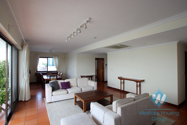High floor apartment for lease in Nam Trang st, Truc Bach area